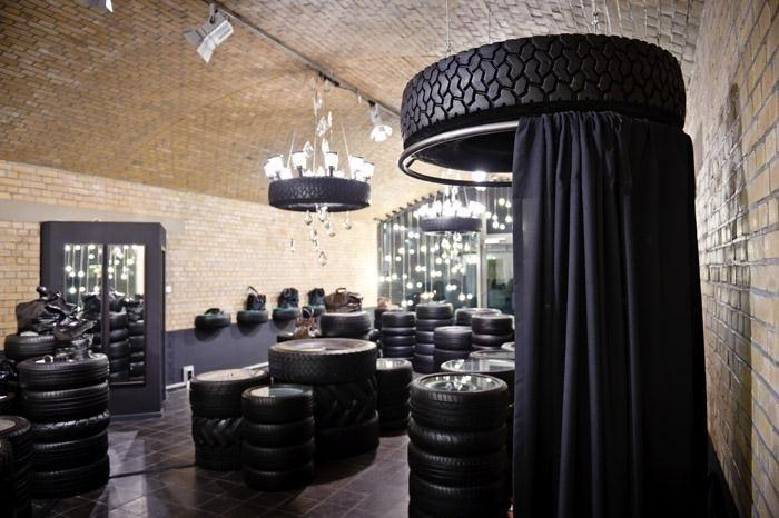 Proyecto de interiorismo comercial de estilo minimalista for Mesas con neumaticos