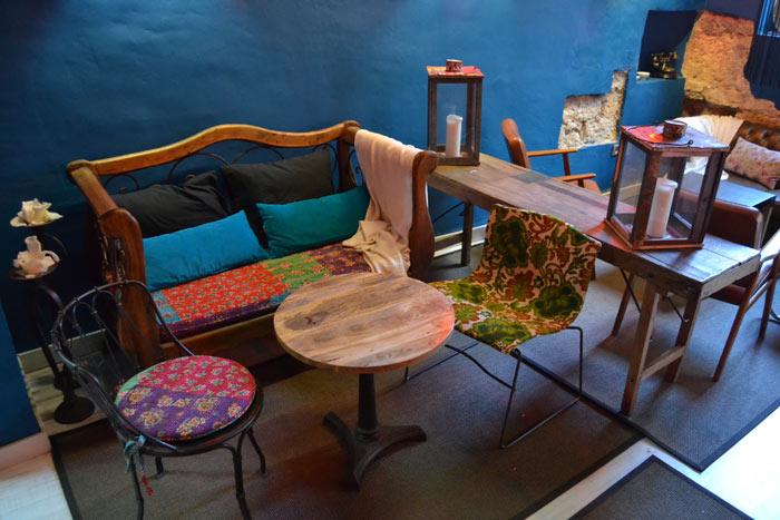 Imágenes de las mesas, sillas y muebles vintage en el restaurante Degvusta