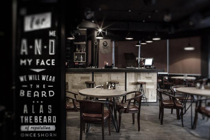 Imágenes de los muebles y taburetes vintage en el bar Boroda