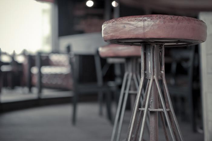 Imágenes del taburete Randy en el diseño interior del bar Boroda