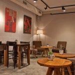 Imágenes del mobiliario vintage en la cafetería Beat Café & Soul