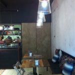Fotos de los muebles vintage en la decoración de la panaderia Vallespà