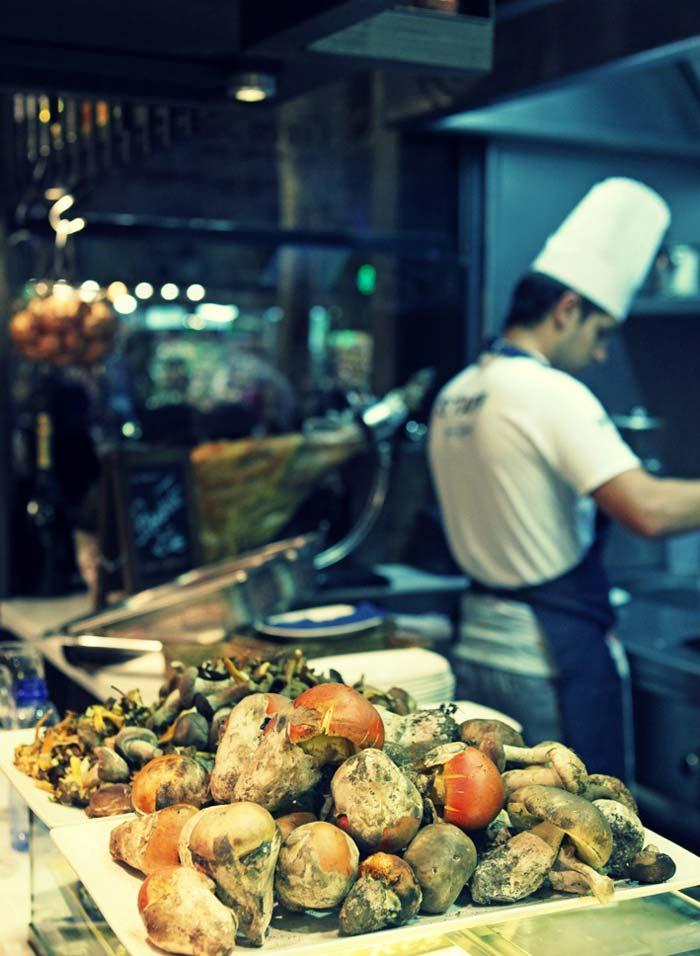 Imágenes del interiorismo del bar restaurante La Boquería Casa Guinart