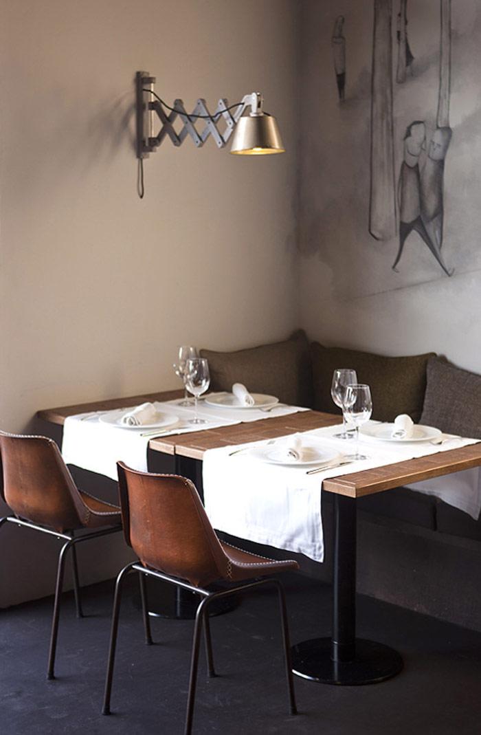 Imágenes de las mesas, sillas y lámparas en la taberna Comer, Beber, Amar