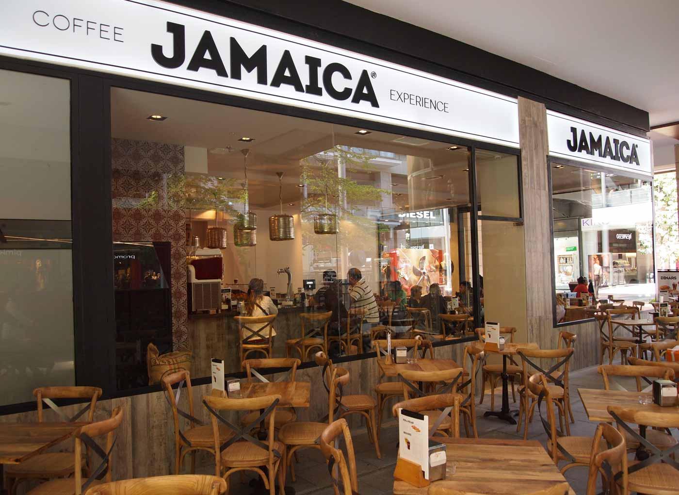 Imágenes de las mesas vintage en la terraza de la cafetería Jamaica Coffee