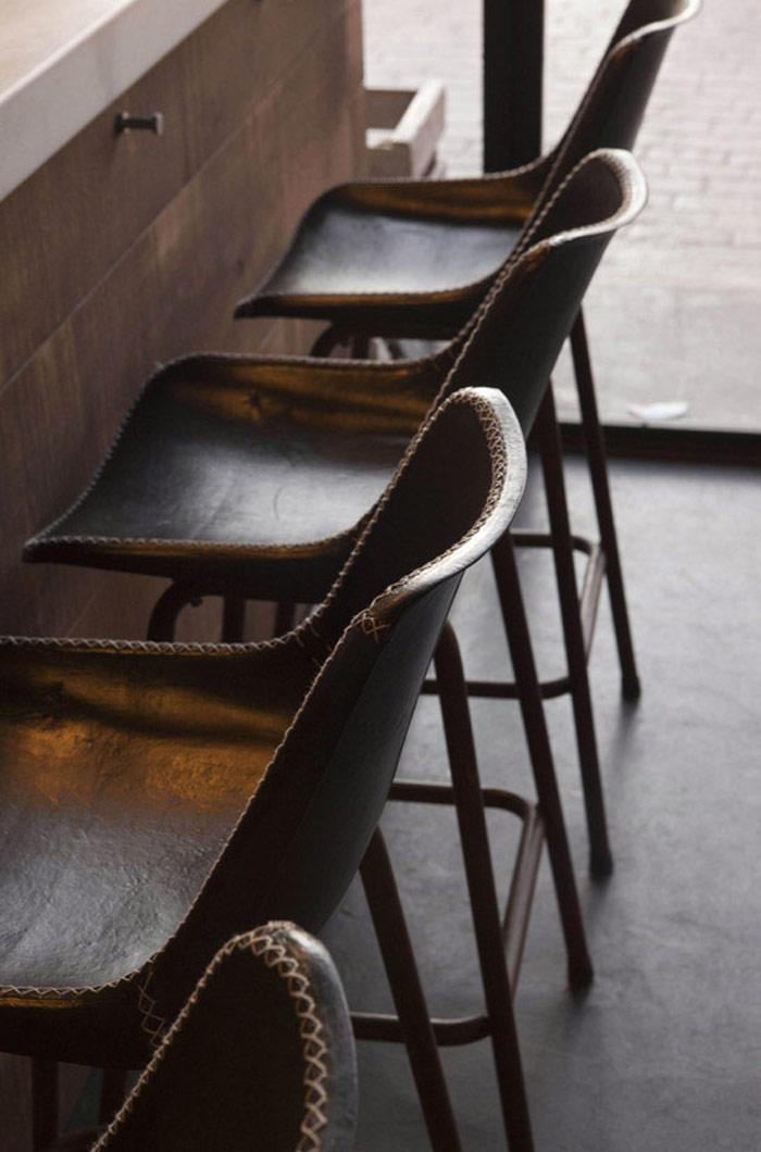 Imágenes de los taburetes vintage en la barra de La Taberna