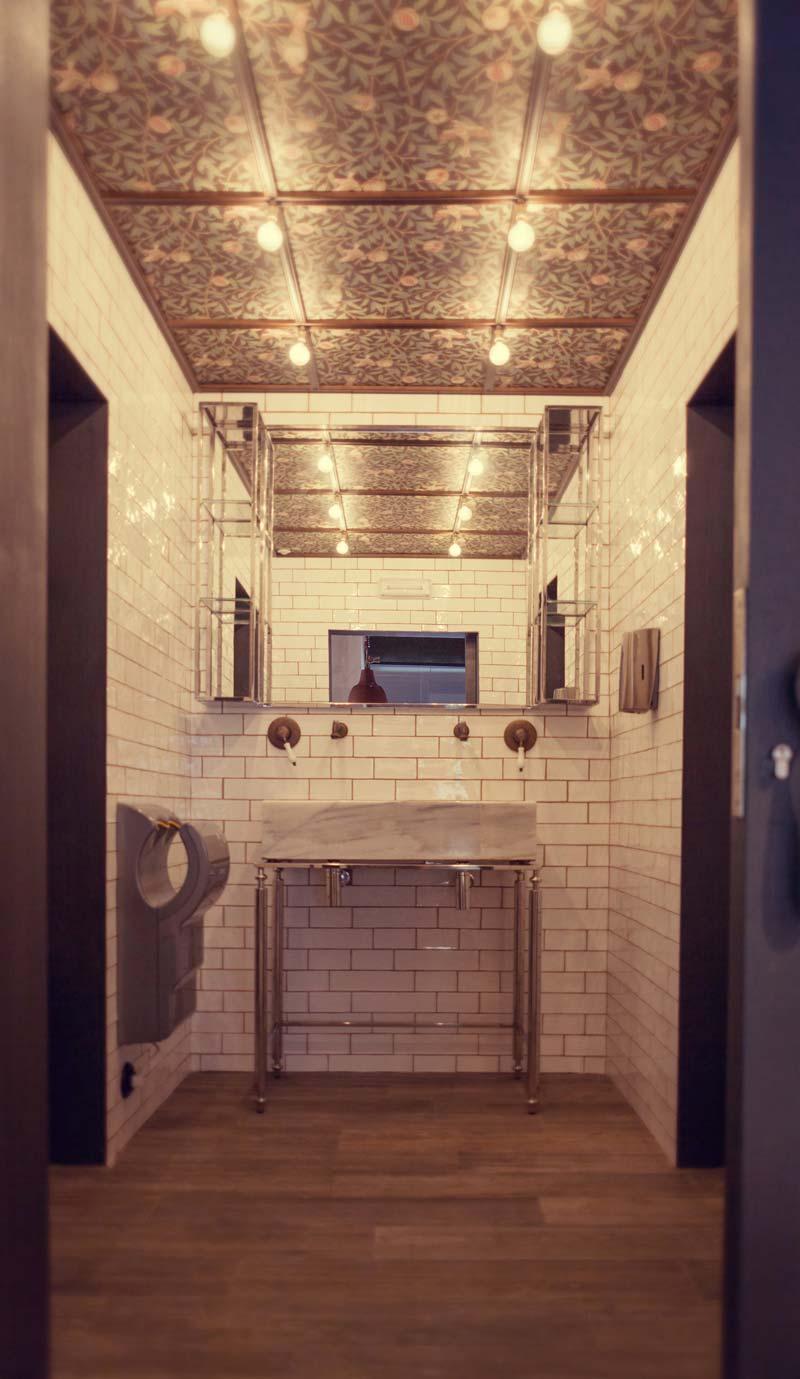 Imágen de la decoración del baño de la cafetería Forn Le Petit Pain