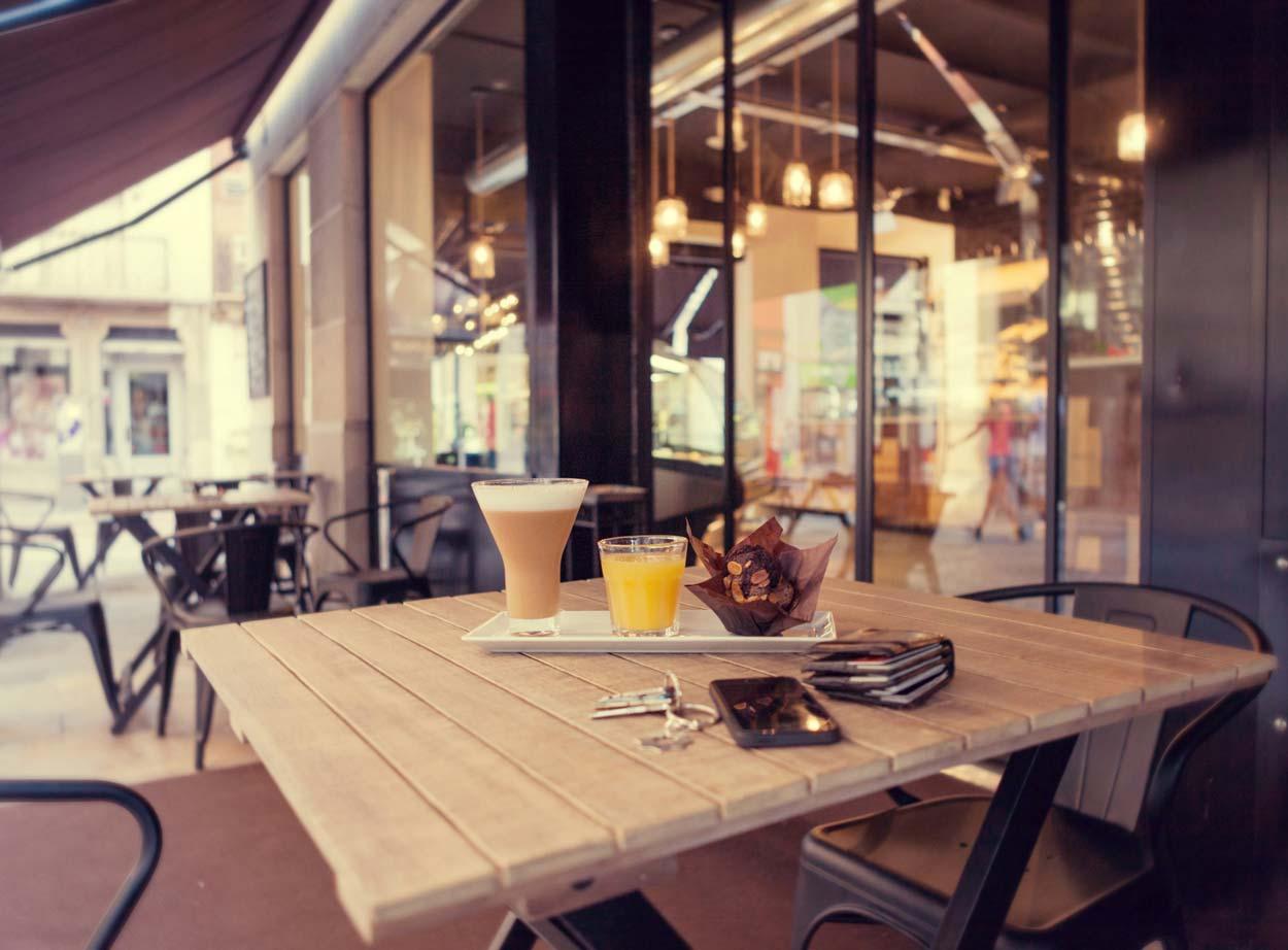 Imagen del mobiliario terraza panadería Forn Le Petit Pain