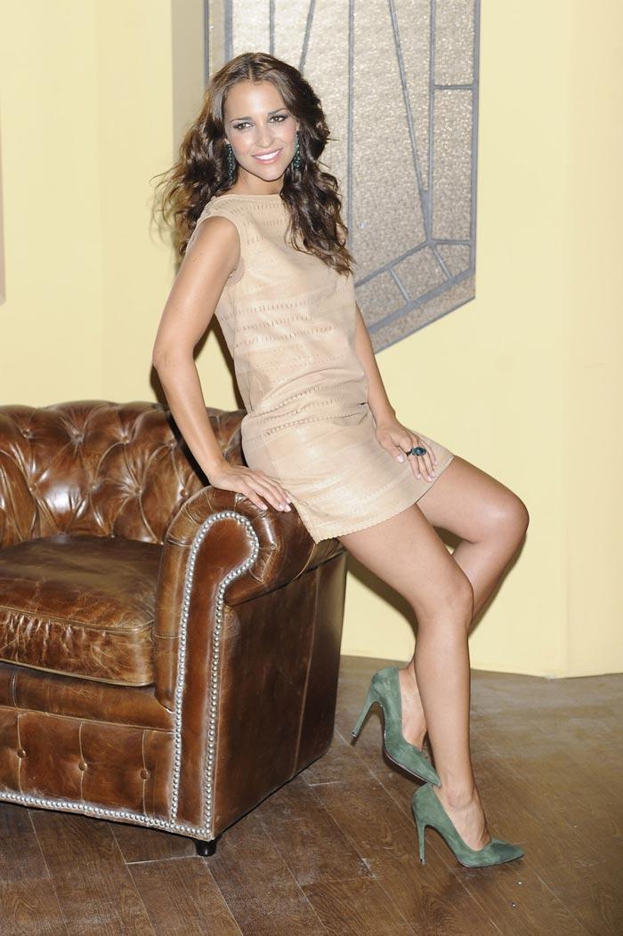 Imagen de Paula Echevarria posando con el mobiliario de Francisco Segarra