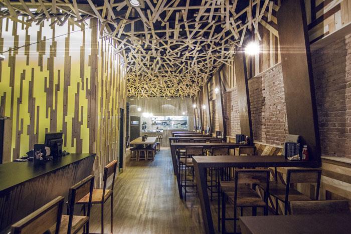 Foto de las mesas altas, taburetes y mobiliario de la cervecería BierCaB.