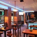 Fotos de las mesas, sillas y taburetes en el bar de tapas DVINOS