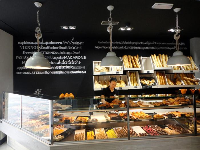 Foto del mostrador de la panadería pastelería Lazareno Gourmet.