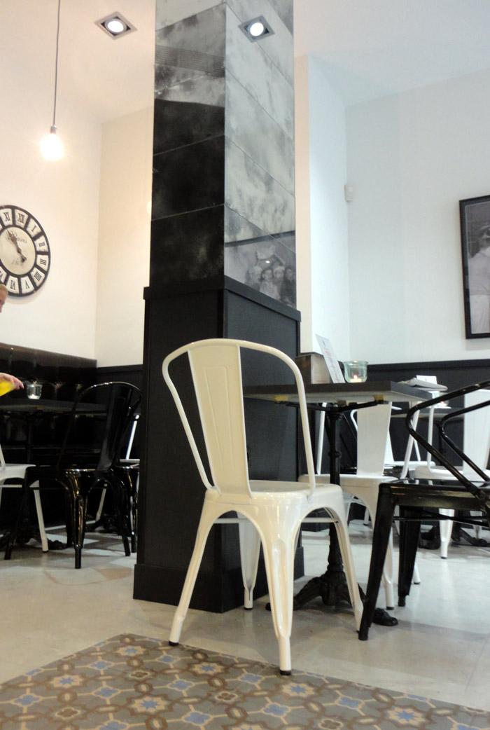 Foto de las sillas de diseño francés en las panaderías Lazareno Gourmet