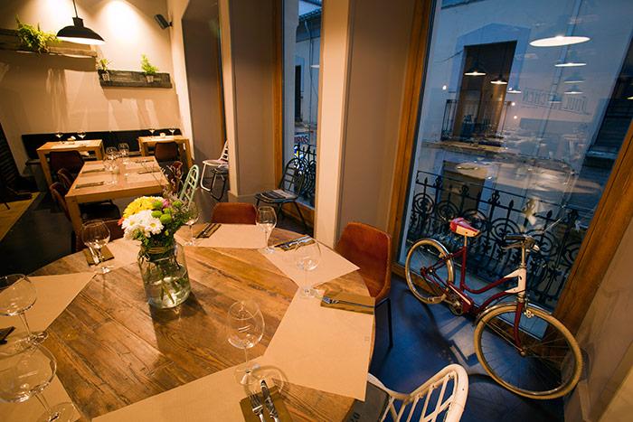 Fotos del mobiliario vintage de Francisco Segarra en el restaurante Soul Kitchen.