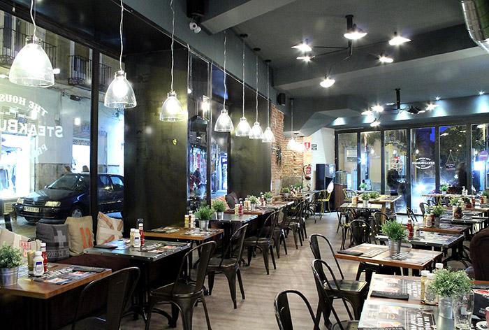 Fotos de las mesas, sillas, iluminación, franquicia SteakBurger Bar.