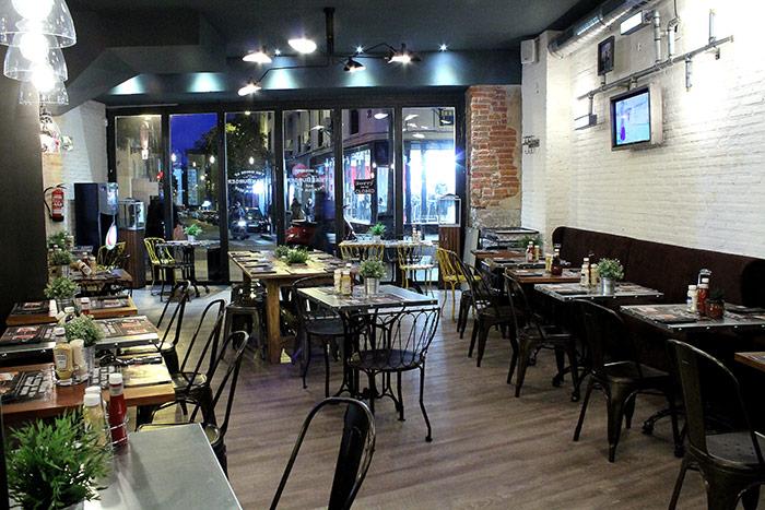 Foto del mobiliario en las franquicias SteakBurger Bar.