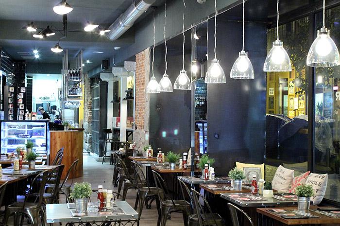 Foto del mobiliario vintage industrial en las hamburgueserias SteakBurger Bar.