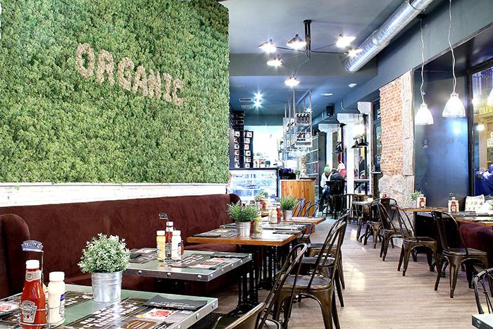 Foto de los muebles de Francisco Segarra en las hamburgueserías SteakBurger Bar.