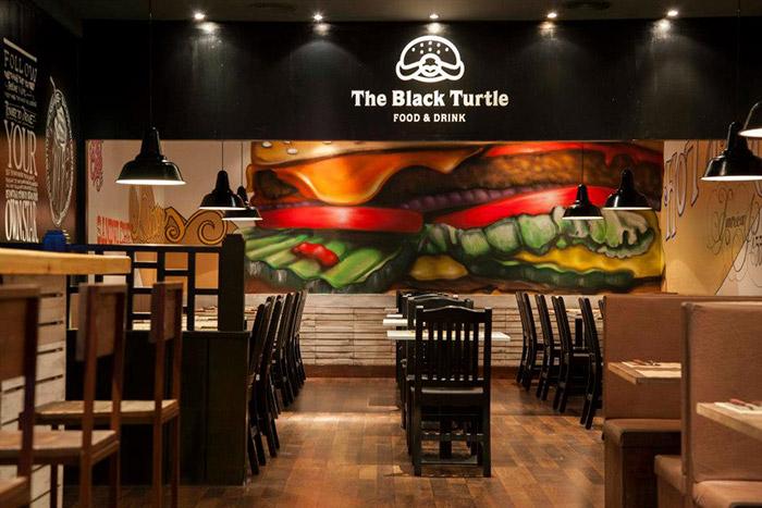 Foto de los taburetes y muebles para hamburguesería en The Black Turtle.