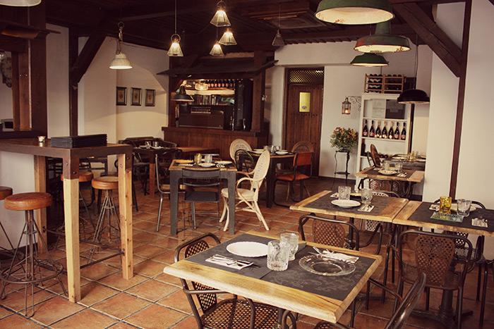 Mobiliario vintage en la reforma del restaurante la posada for Mobiliario para restaurante
