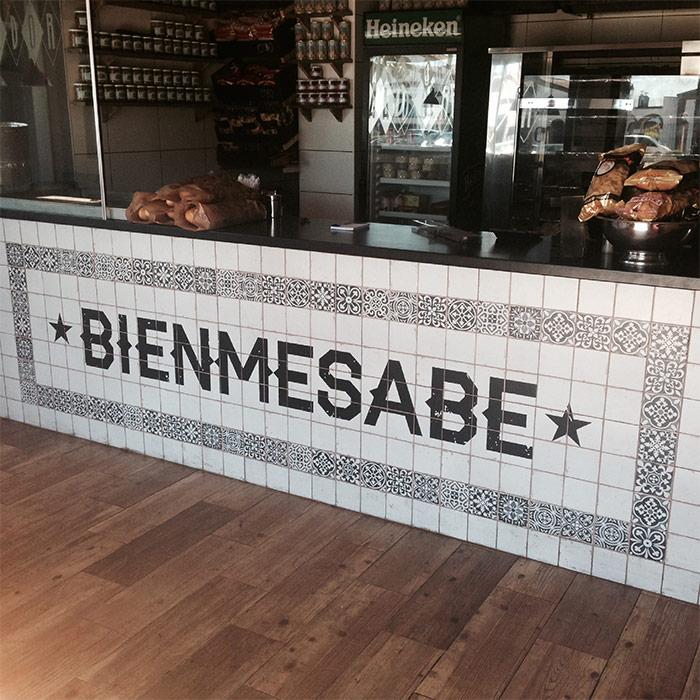 Fotos de la Barra de bar del asador Bienmesabe realizada con azulejos de la colección FS