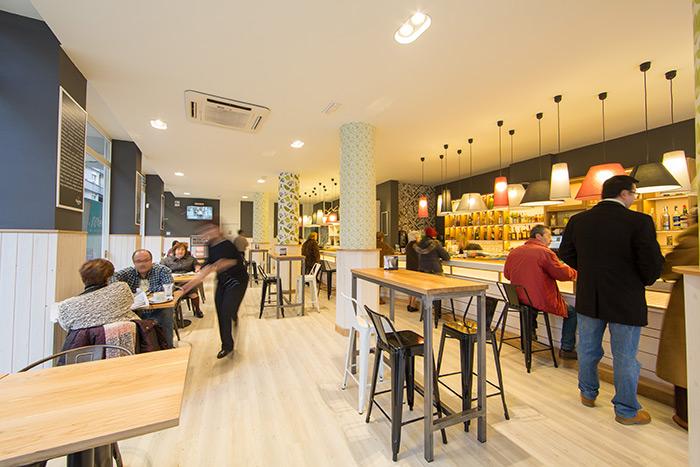 Imagen de las mesas cafetería y taburetes diseño francés en Bar la Brújula.