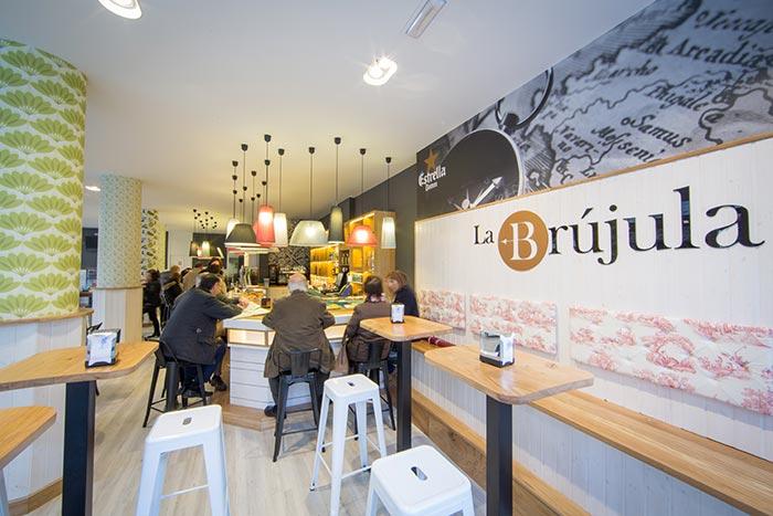 Imágenes del mobiliario de la cafetería La Brújula en Santander.