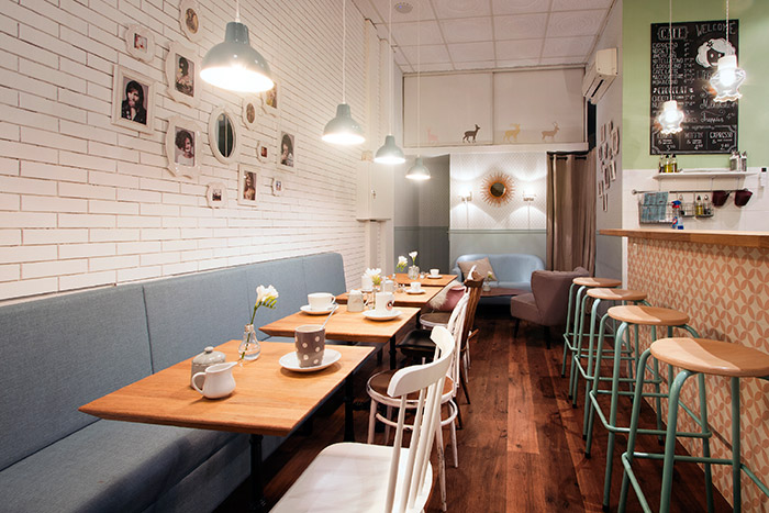 Imagen de muebles retro para interiorismo en hostelería.