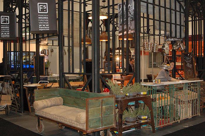 Fotos de los muebles vintage e industrial de Francisco Segarra para hostelería.
