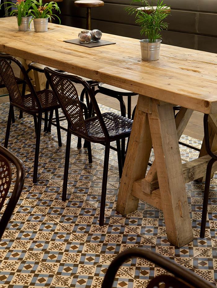 Fotos de la nueva estética retro-vintage de la franquicia Café & Tapas