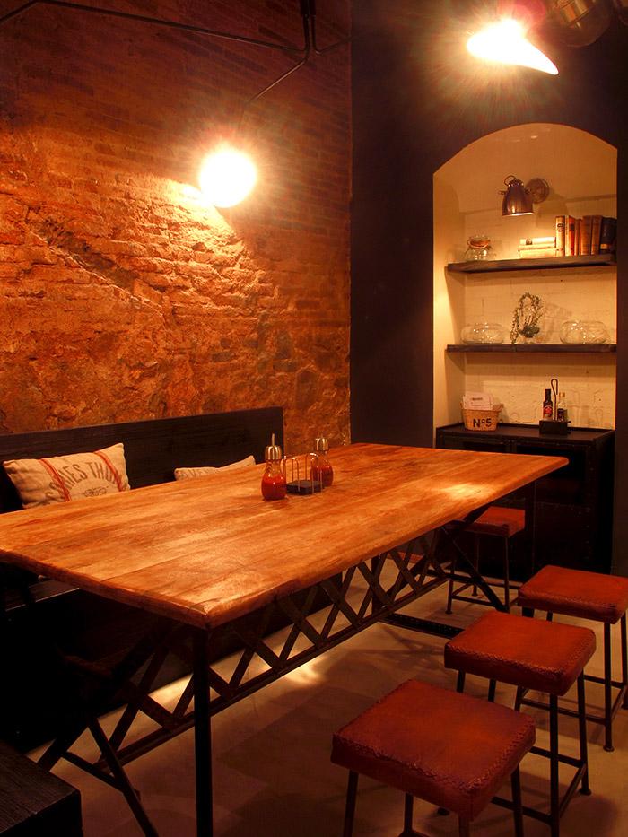 Imagen de mesas y sillas para proyectos de decoración retro industrial en hostelería.