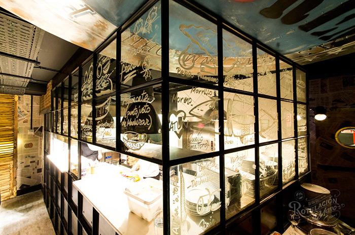 Imagen de rotulación decorativa en cocinas vista para hostelería.