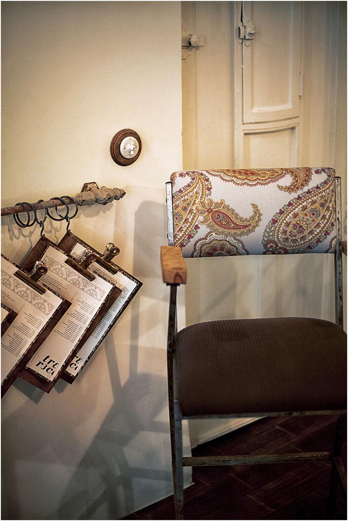 Imagen de las siillas vintage para hostelería en la decoraciónd el restaurante Trece.