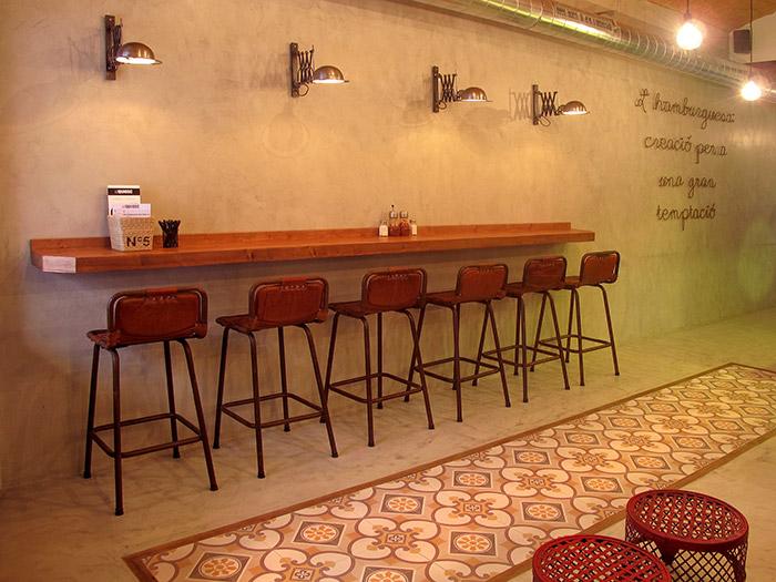 Foto de los taburetes Rive para decoración vintage o retro industrial.