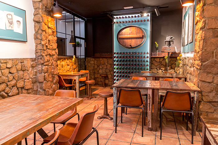 Mesas vintage Francisco Segarra para utilización en bares y restaurantes.