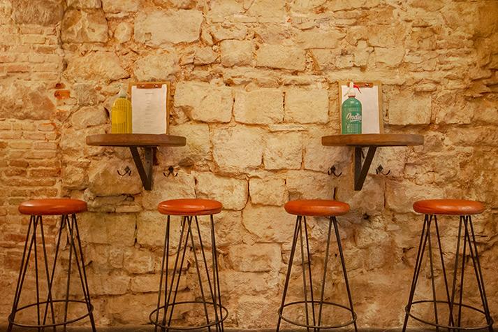 Fotos. Taburetes vintage en la vermutería caporal.