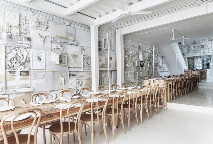 Imagen de las mesas comunitarias en restaurante Hueso.