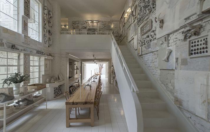 Diseño de interiores minimalista en restaurante Hueso.