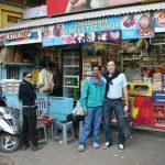 Francisco Segarra en un puesto del mercado de la India