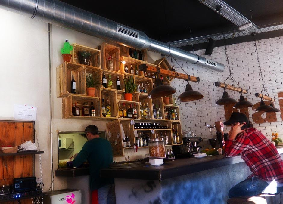 Imágenes del restaurante naif con mobiliario contract de Francisco Segarra