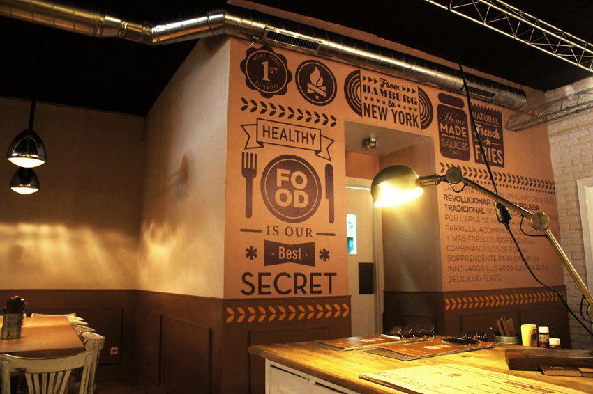 Dise o interior para hamburgueser a de estilo industrial for Fachadas de locales de comida rapida