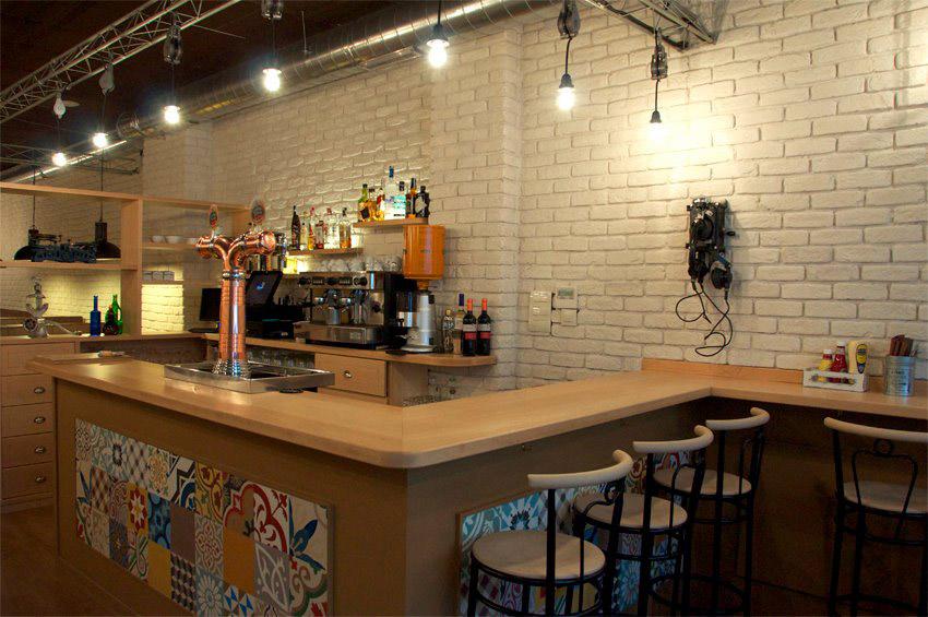 Dise o interior para hamburgueser a de estilo industrial for Bares en madera disenos