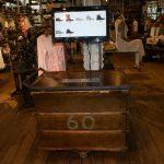 Imágenes de muebles vintage en la tienda de AllSaints Spitalfields