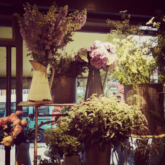 Imágenes del diseño interior en la floristería vintage Scarlet & Violet