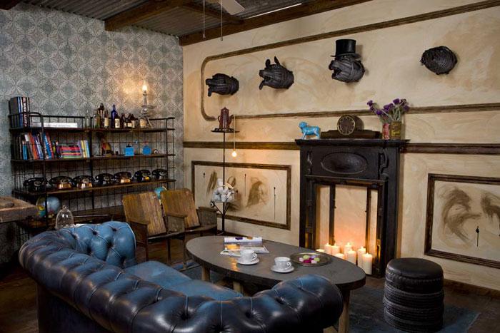 Imágenes de la cafetería The Blue Coffe con mobiliario vintage e industrial