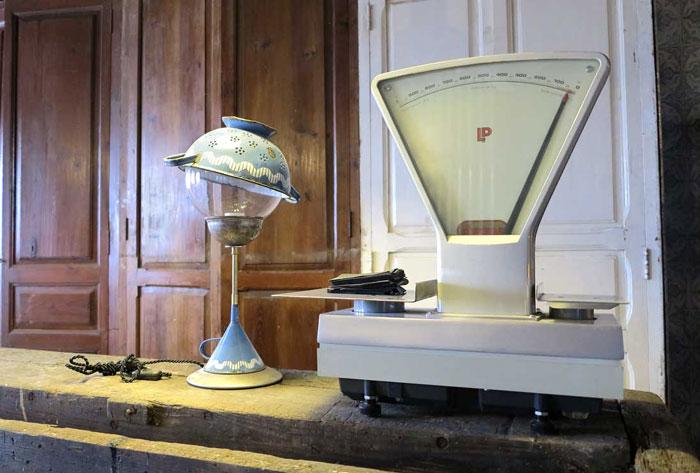 Imágenes de objetos decorativos antiguos en la cafetería The Blue Coffee