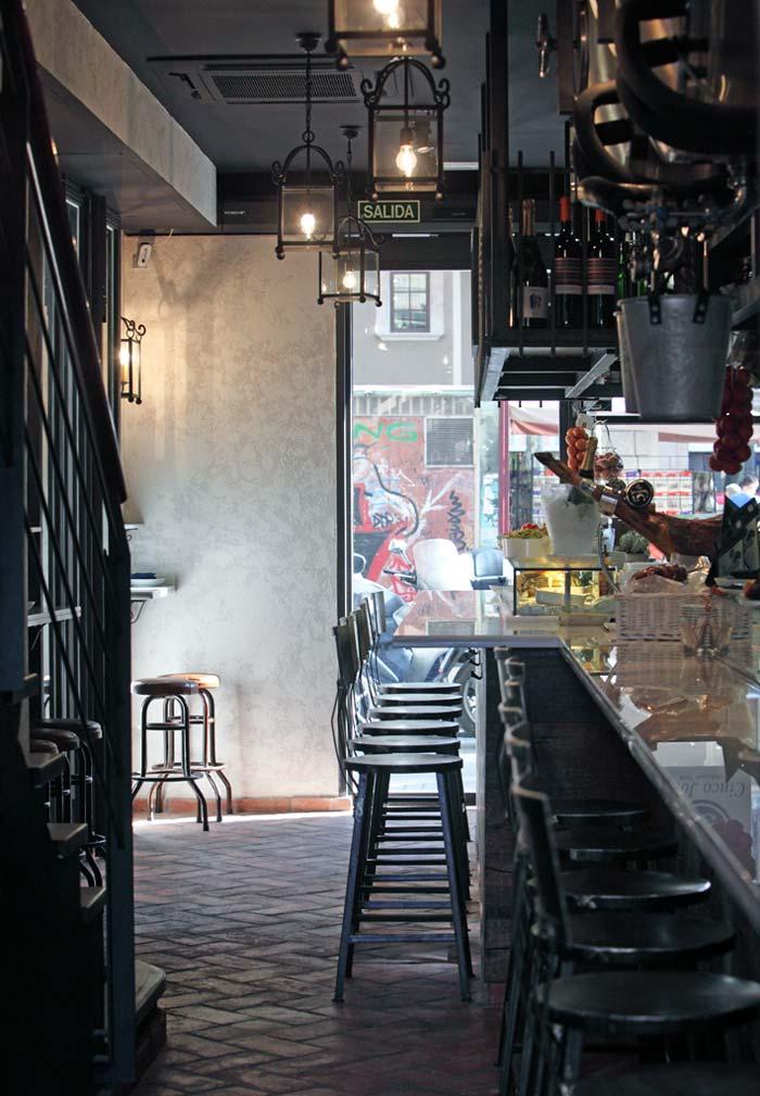 Fotos de los taburetes Masu en la barra del bar de Casa Guinart, Barcelona