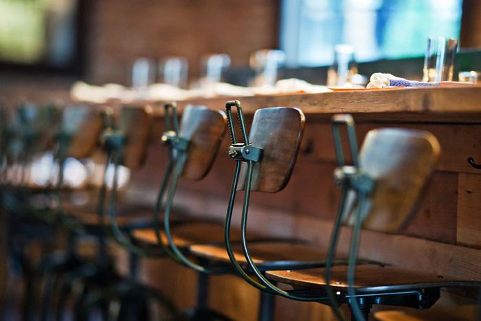 Materiales para decorar reformar o equipar locales de ocio for Barras de bar de madera