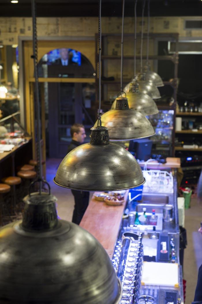 Imágenes de las lámparas colgantes Dixon en el diseño de la cafetería Chantecler