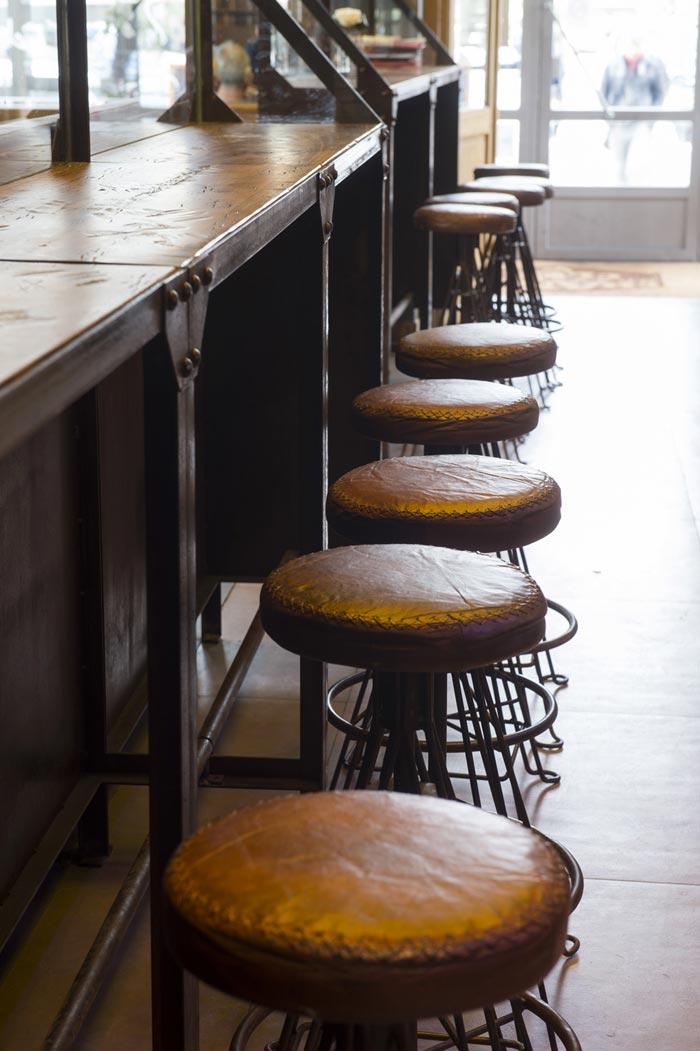 Imágenes de los taburetes Randy en la barra del bar Chantecler de Lyon